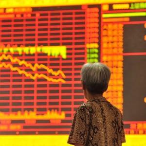 La Grecia affonda le Borse: Milano crolla del 5%, spread in tensione