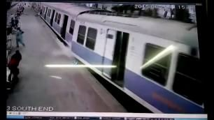 Mumbai, paura in stazione treno deraglia tra i passeggeri
