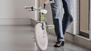 Mai più ginocchia sbucciate La bici sempre in equilibrio