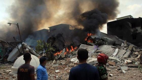 Indonesia, aereo militare si schianta su case: almeno 113 morti