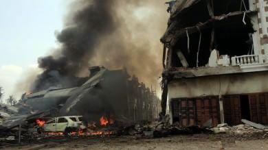 Indonesia, aereo militare si schianta   foto   sulle case, 113 morti a Sumatra   video