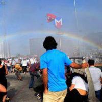 Turchia, l'arcobaleno involontario della polizia diventa il simbolo del gay pride