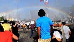 Gli idranti della polizia disegnano un arcobaleno sulla gay parade