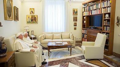 Le vacanze dei Papi: Bergoglio sospende  le udienze, Ratzinger a Castel Gandolfo