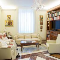 Vacanza a Castel Gandolfo per Ratzinger: papa Francesco lo saluta