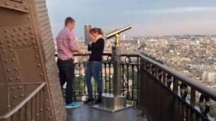 Proposta di nozze su Torre Eiffel fotografo cerca coppia misteriosa