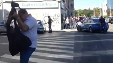 Cagliari, rapina con ostaggi in banca  poi i banditi si arrendono   video