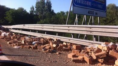 Incidente sulla A1: Tir perde mattoni   foto   chiuso per ore il tratto Valdarno-Incisa