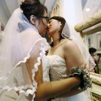 Nozze gay a Pechino: un bacio saffico in nome dei diritti