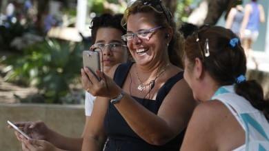 L'Avana, arriva il wifi: costa caro  Foto   ma i cubani corrono a connettersi