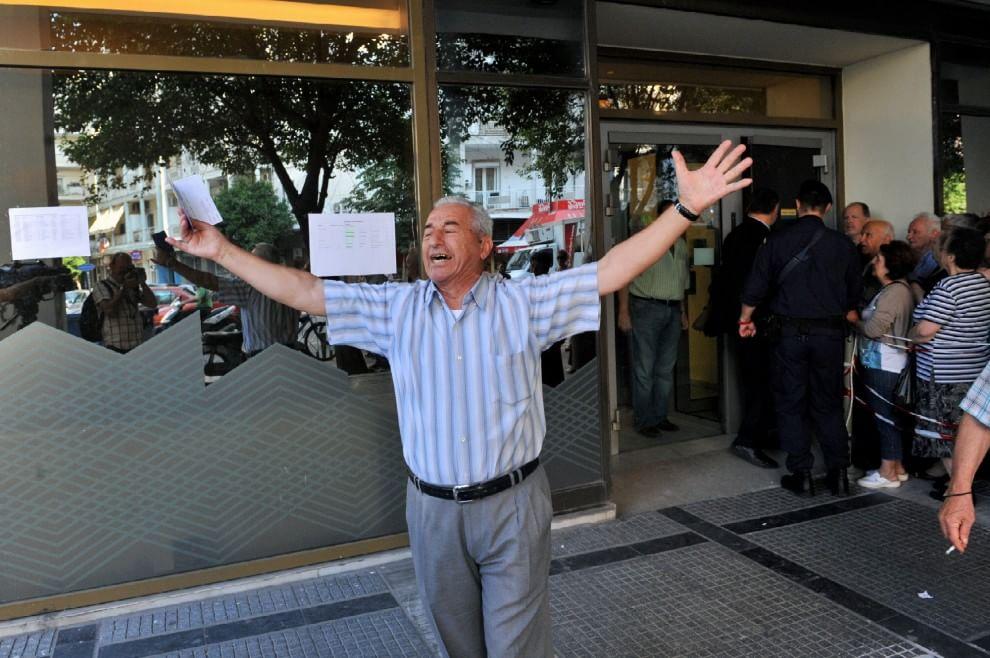Grecia, la disperazione del pensionato davanti alla banca