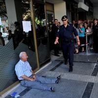 Grecia, pensionato in lacrime trova benefattore in Australia