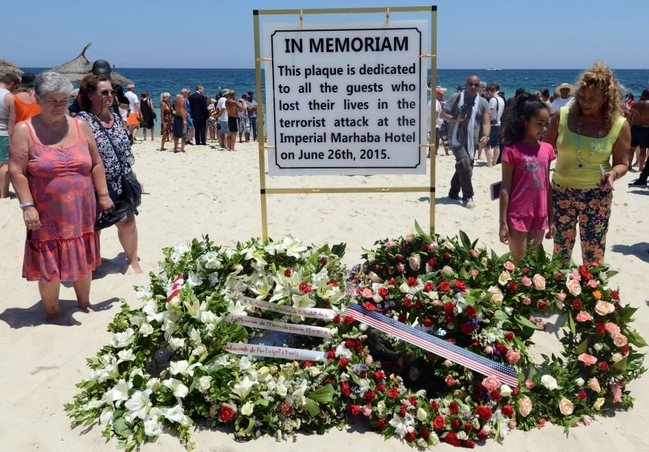 Strage di Sousse, targa e fiori ad una settimana dall'attentato