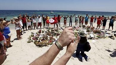 Strage di Sousse, preghiere e fiori  a una settimana dall'attentato -  foto