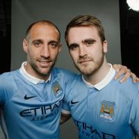 City e tifosi, è una simbiosi: nuova maglia e selfie con i big