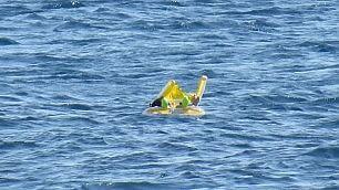 Bimba dimenticata sul gonfiabile salvata a 1 km dalla costa    video