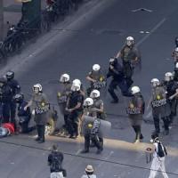 """Grecia, il fronte del 'Sì' e del 'No' riempiono le piazze ad Atene. Tsipras: """"Oggi è una..."""