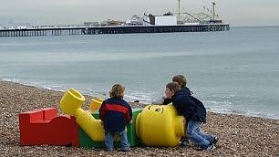 Lapidi, lettere e Lego giganti gli oggetti ritrovati in spiaggia