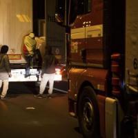 Tunnel della Manica, caos nella notte per l'intrusione di migranti a Calais