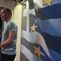 Grecia, Varoufakis in maglietta alla conferenza stampa dopo il referendum