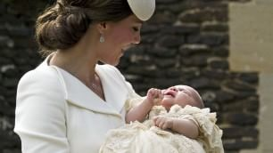 Il battesimo di Charlotte: debutto   in pubblico con i genitori e George