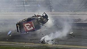 Fumo, scintille e rottami  Auto si schianta: pilota illeso