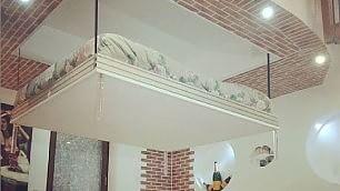 Salva-spazio e di design il letto cala dal soffitto