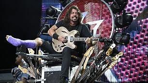 Dave Grohl torna sul palco  video  e suona sul trono di chitarre