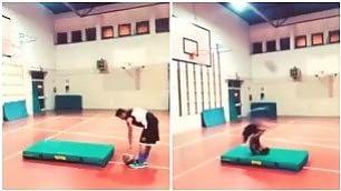 Cestista sfida Bale: è una magia il canestro acrobatico coi piedi    Video  Il pallonetto del campione