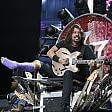 Dave Grohl torna sul palco sul trono di chitarre    video