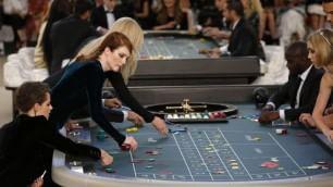 Rita Ora, Kristen Stewart, la figlia di Depp al casinò Chanel   DI SIMONE MARCHETTI