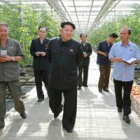 Kim Jong-un, lo stile è del nonno: strette di mano e sorrisi agli operai