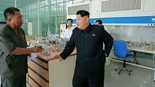 Kim Jong-un, lo stile è del nonno scatti gioviali ma si teme il peggio
