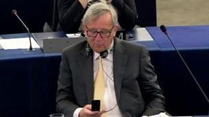 Juncker zittisce gli eurodeputati ''Sto mandando sms a Tsipras''