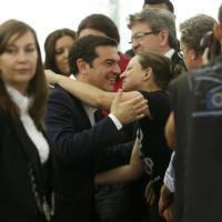 Tsipras all'Europarlamento: applausi e strette di mano