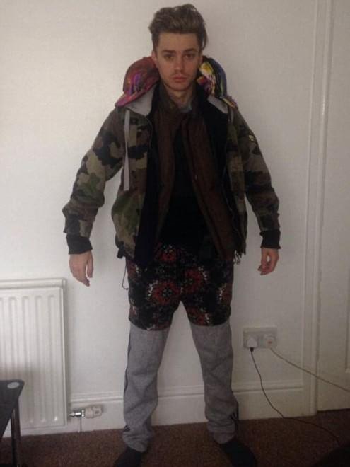 Indossa 12 strati di vestiti per non pagare il bagaglio extra. Popstar scozzese sviene in volo
