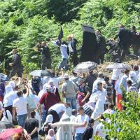 Srebrenica, fischi e sassi contro il premier serbo: Vucic lascia il cimitero