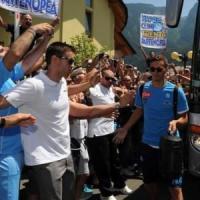 Napoli, entusiasmo all'arrivo a Dimaro. Mercato, pressing su Sala