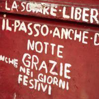 Dalle insegne alle scritte sui muri: la storia della città è nel carattere