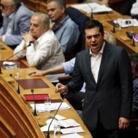 Grecia, sì del Parlamento al piano di riforme. Ma Syriza si spacca