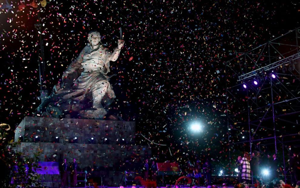 Argentina, via Colombo arriva l'eroina rivoluzionaria: Morales e la Kirchner scoprono la statua