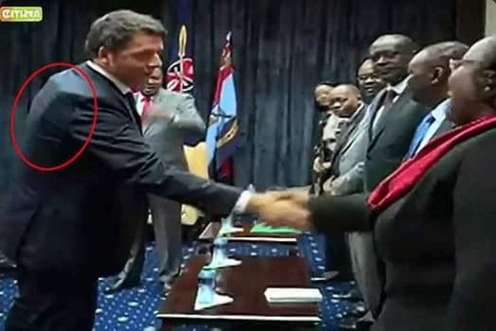 Kenya, Renzi fa visita al presidente con il giubbotto antiproiettile