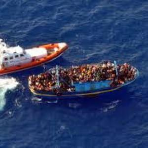 Migranti, la nave di MSF non autorizzata a sbarcare 700 persone in Sicilia per incapacità di accoglienza