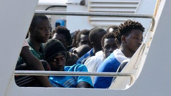 """""""Accogliamoli ma non a casa mia"""". L'Italia a due facce con gli immigrati"""