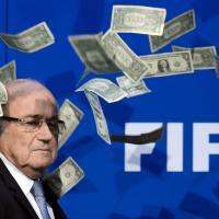 Zurigo, Blatter contestato con lancio di banconote