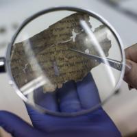 Israele, l'antica Bibbia letta nelle ceneri