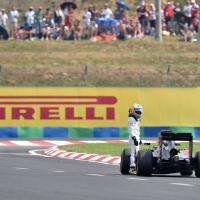 La McLaren si ferma in pista, Alonso la spinge fino ai box