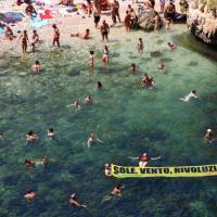Greenpeace scende in spiaggia. Turisti e volontari per le rinnovabili