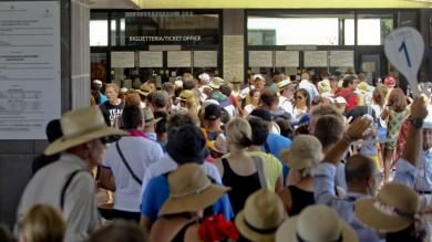 Pompei, un'assemblea sindacale  tiene fuori turisti: code e disagi   foto