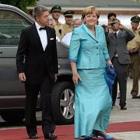 """""""La Merkel non è svenuta"""": solo una sedia rotta per la cancelliera in Baviera"""
